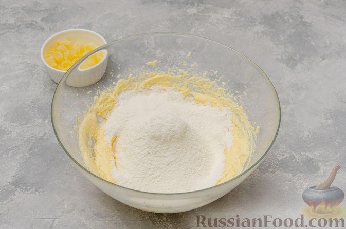 Фото приготовления рецепта: Ванильные маффины с цукатами - шаг №4
