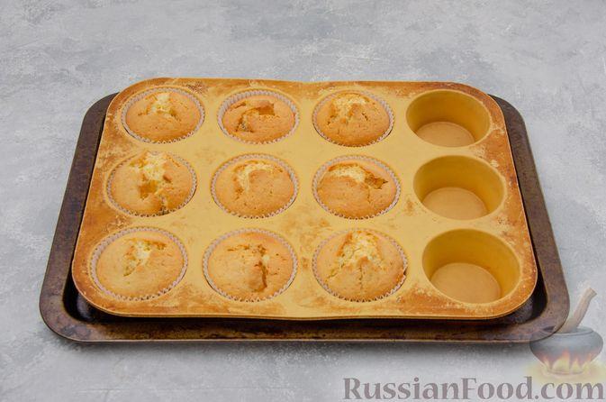 Фото приготовления рецепта: Ванильные маффины с цукатами - шаг №8