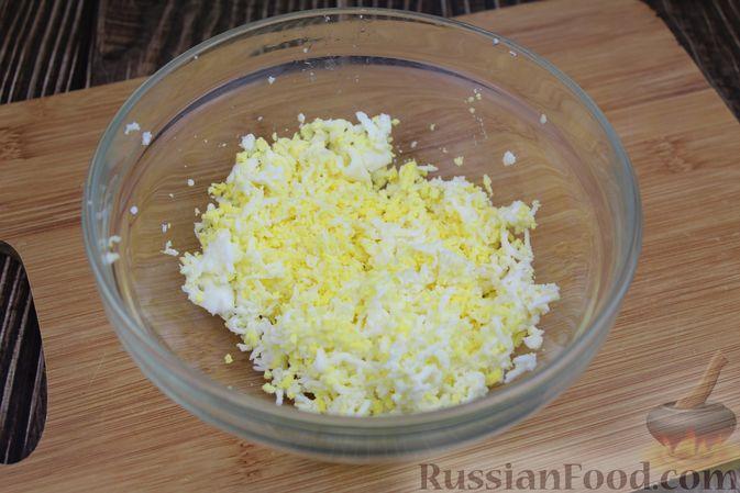 Фото приготовления рецепта: Куриный суп с яичными шариками, овсяными хлопьями и сладким перцем - шаг №5