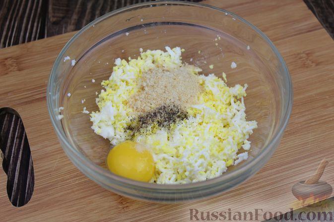 Фото приготовления рецепта: Куриный суп с яичными шариками, овсяными хлопьями и сладким перцем - шаг №6