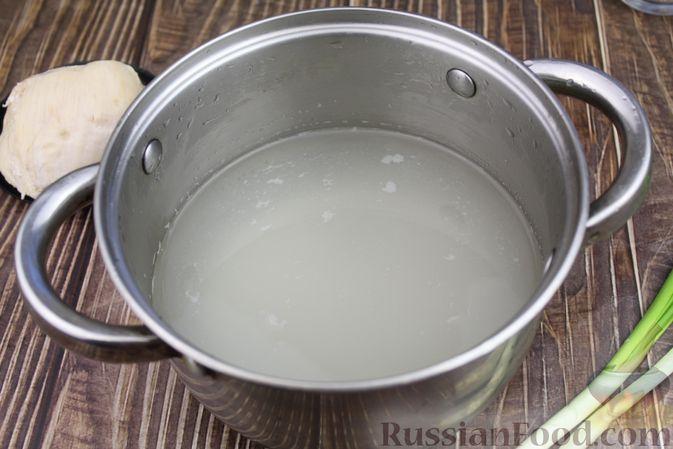 Фото приготовления рецепта: Куриный суп с яичными шариками, овсяными хлопьями и сладким перцем - шаг №9