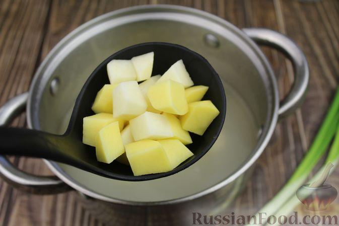 Фото приготовления рецепта: Куриный суп с яичными шариками, овсяными хлопьями и сладким перцем - шаг №10