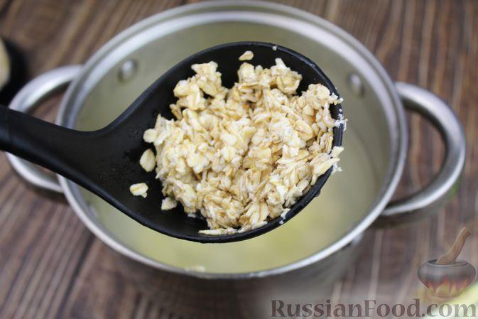 Фото приготовления рецепта: Куриный суп с яичными шариками, овсяными хлопьями и сладким перцем - шаг №11