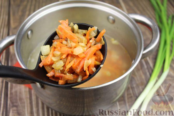 Фото приготовления рецепта: Куриный суп с яичными шариками, овсяными хлопьями и сладким перцем - шаг №12