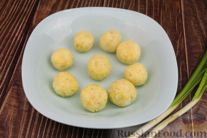 Фото приготовления рецепта: Куриный суп с яичными шариками, овсяными хлопьями и сладким перцем - шаг №14