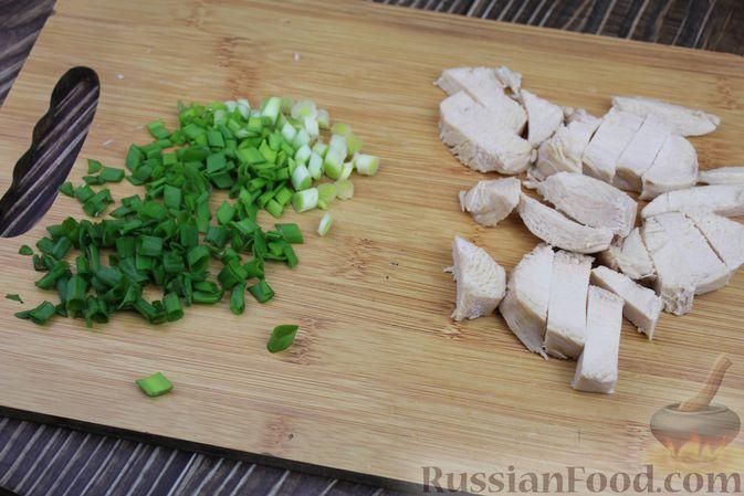 Фото приготовления рецепта: Куриный суп с яичными шариками, овсяными хлопьями и сладким перцем - шаг №13