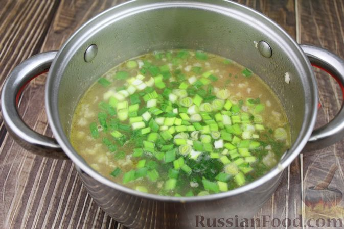 Фото приготовления рецепта: Куриный суп с яичными шариками, овсяными хлопьями и сладким перцем - шаг №15