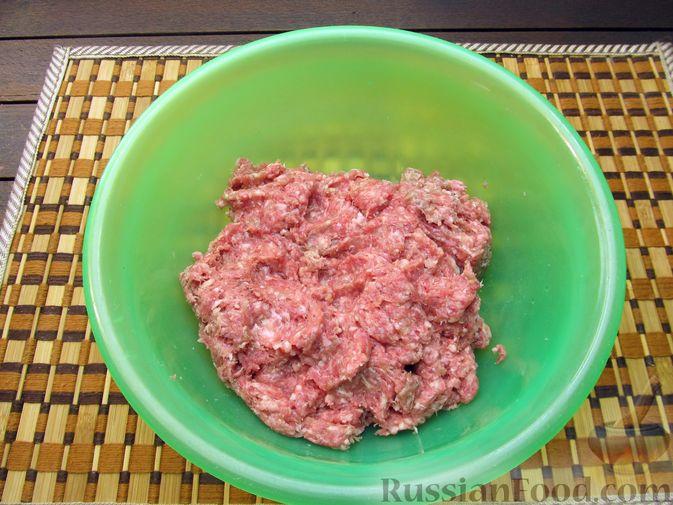 Фото приготовления рецепта: Рисовый суп с мясными фрикадельками и томатной пастой - шаг №3