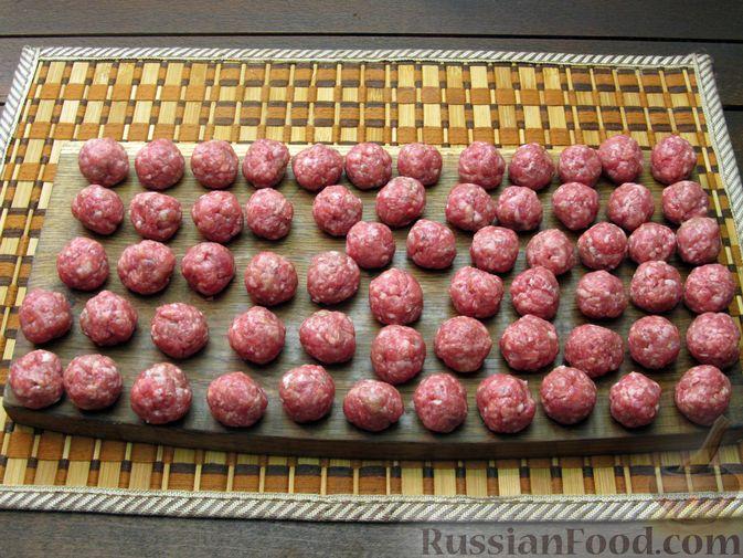 Фото приготовления рецепта: Рисовый суп с мясными фрикадельками и томатной пастой - шаг №4