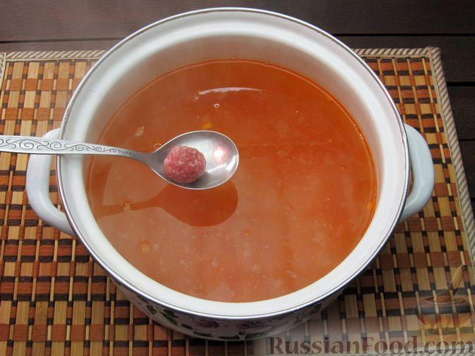 Фото приготовления рецепта: Рисовый суп с мясными фрикадельками и томатной пастой - шаг №11