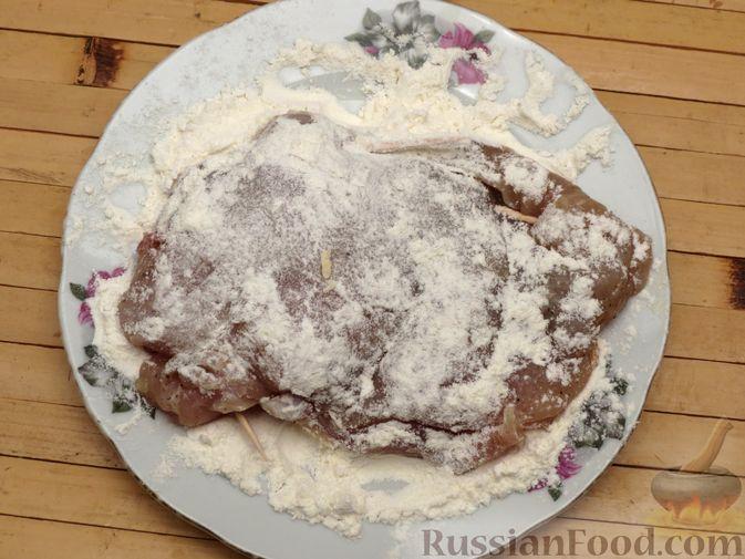 Фото приготовления рецепта: Куриное филе, фаршированное сыром и ветчиной - шаг №9
