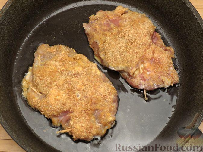 Фото приготовления рецепта: Куриное филе, фаршированное сыром и ветчиной - шаг №12