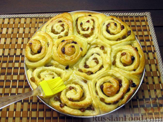 Фото приготовления рецепта: Медовые плюшки на сливках, с изюмом - шаг №17