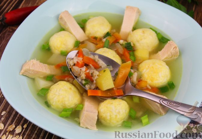 Фото приготовления рецепта: Куриный суп с яичными шариками, овсяными хлопьями и сладким перцем - шаг №18
