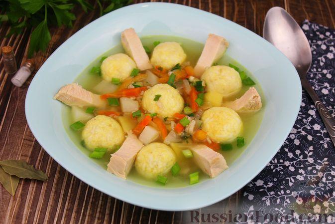 Фото приготовления рецепта: Куриный суп с яичными шариками, овсяными хлопьями и сладким перцем - шаг №17