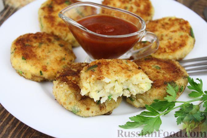 Фото к рецепту: Рыбные котлеты с картофелем, сыром и зеленью