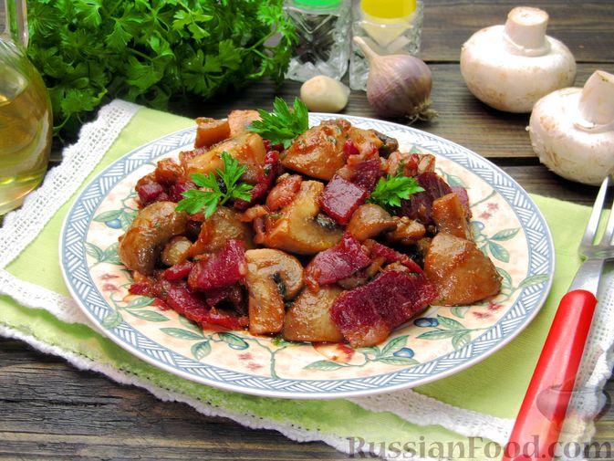 Фото к рецепту: Шампиньоны, жаренные с беконом и чесноком