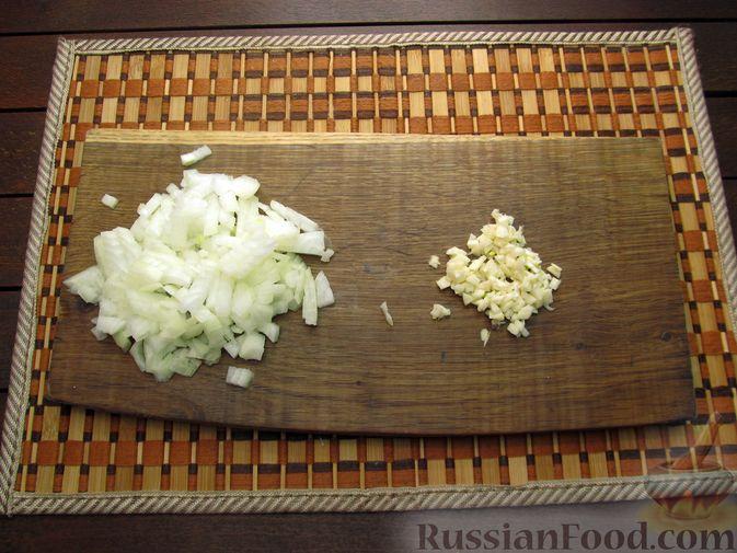 Фото приготовления рецепта: Шампиньоны, жаренные с беконом и чесноком - шаг №2
