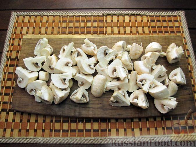 Фото приготовления рецепта: Шампиньоны, жаренные с беконом и чесноком - шаг №3