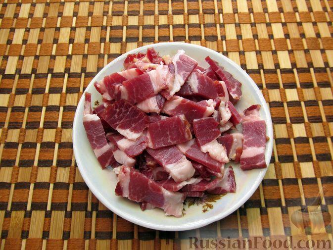 Фото приготовления рецепта: Шампиньоны, жаренные с беконом и чесноком - шаг №4