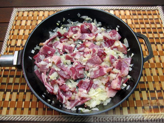 Фото приготовления рецепта: Шампиньоны, жаренные с беконом и чесноком - шаг №7