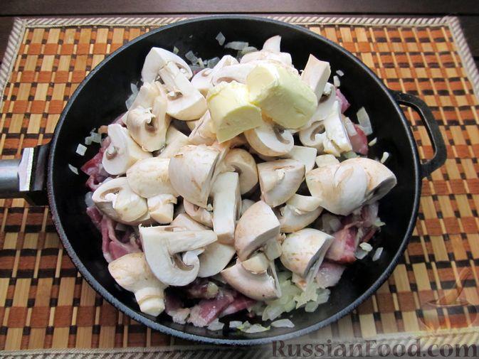 Фото приготовления рецепта: Шампиньоны, жаренные с беконом и чесноком - шаг №8
