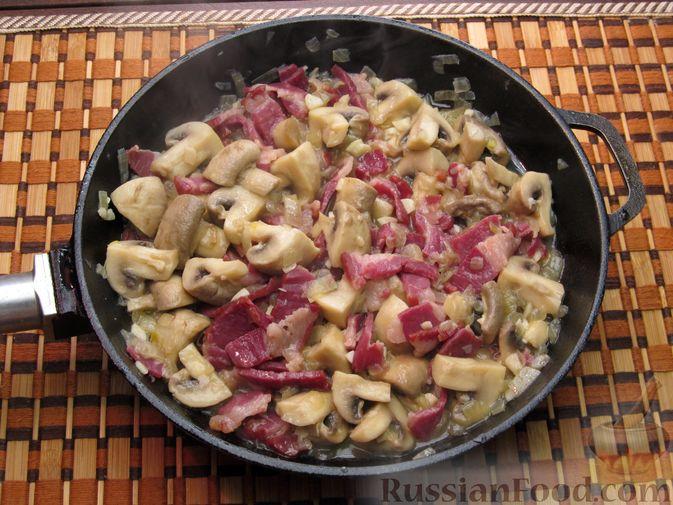 Фото приготовления рецепта: Шампиньоны, жаренные с беконом и чесноком - шаг №9