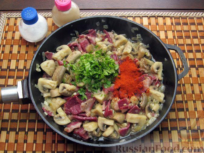 Фото приготовления рецепта: Шампиньоны, жаренные с беконом и чесноком - шаг №10