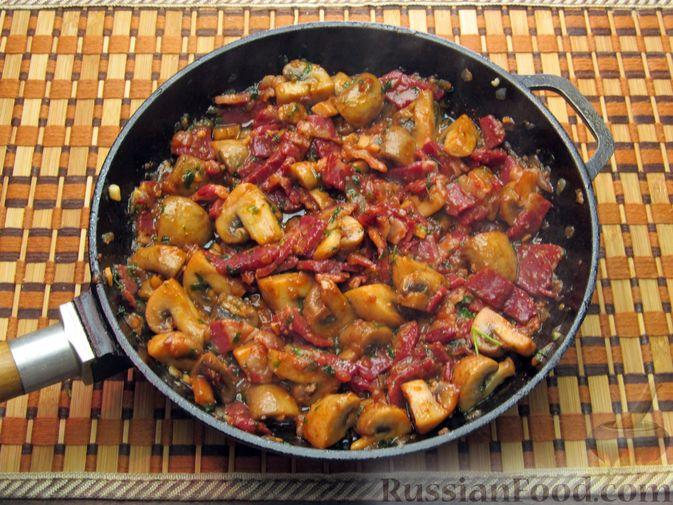 Фото приготовления рецепта: Шампиньоны, жаренные с беконом и чесноком - шаг №11