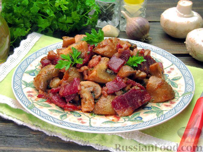 Фото приготовления рецепта: Шампиньоны, жаренные с беконом и чесноком - шаг №12