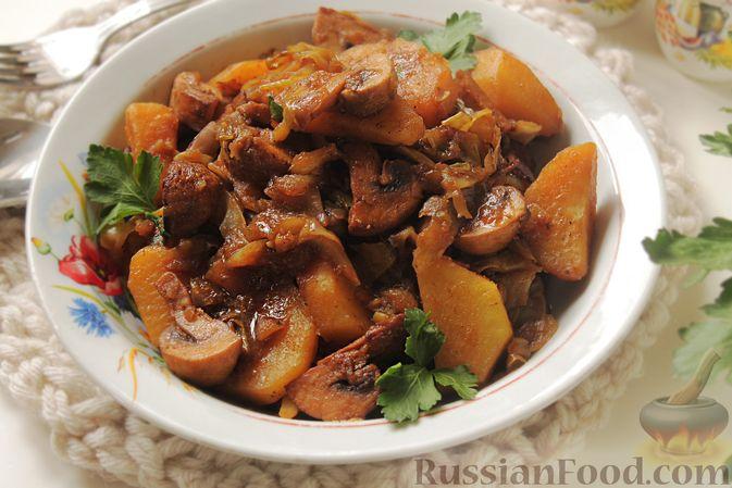 Фото к рецепту: Капуста, тушенная с картошкой и грибами