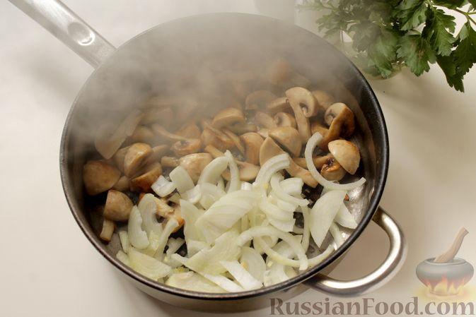 Фото приготовления рецепта: Капуста, тушенная с картошкой и грибами - шаг №3