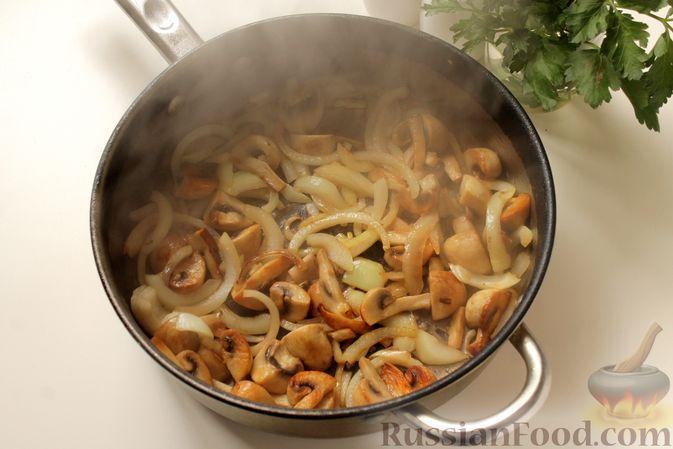Фото приготовления рецепта: Капуста, тушенная с картошкой и грибами - шаг №4