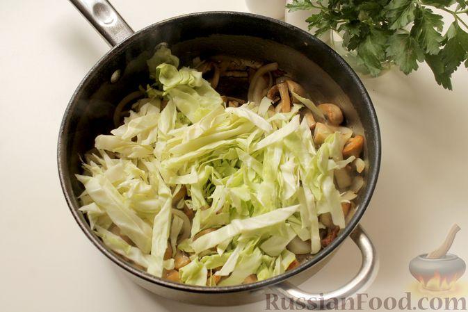 Фото приготовления рецепта: Капуста, тушенная с картошкой и грибами - шаг №5