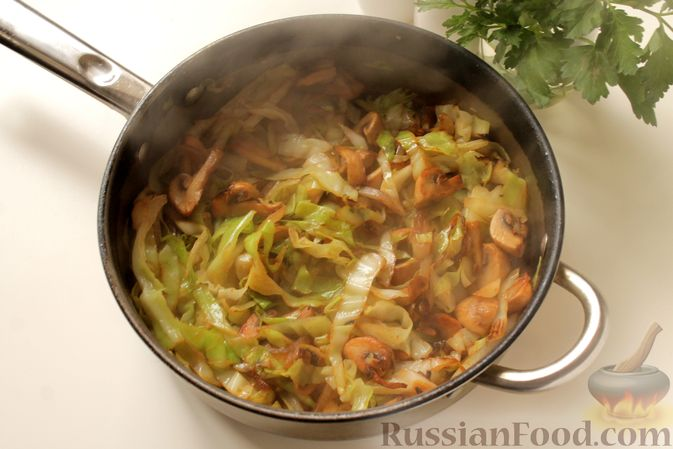 Фото приготовления рецепта: Капуста, тушенная с картошкой и грибами - шаг №6