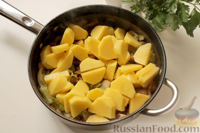 Фото приготовления рецепта: Капуста, тушенная с картошкой и грибами - шаг №7