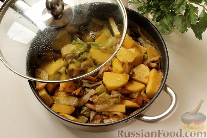 Фото приготовления рецепта: Капуста, тушенная с картошкой и грибами - шаг №8