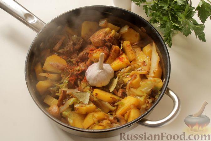 Фото приготовления рецепта: Капуста, тушенная с картошкой и грибами - шаг №9