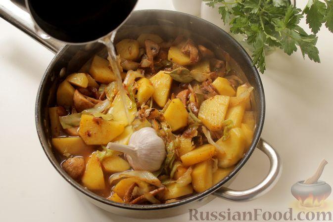 Фото приготовления рецепта: Капуста, тушенная с картошкой и грибами - шаг №10