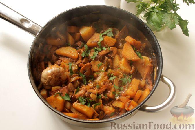 Фото приготовления рецепта: Капуста, тушенная с картошкой и грибами - шаг №11