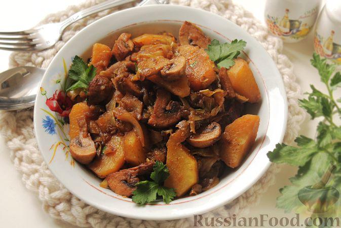 Фото приготовления рецепта: Капуста, тушенная с картошкой и грибами - шаг №12