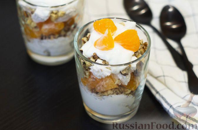 Фото к рецепту: Сметанный десерт с зефиром, мандаринами и грецкими орехами
