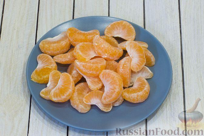 Фото приготовления рецепта: Сметанный десерт с зефиром, мандаринами и грецкими орехами - шаг №2