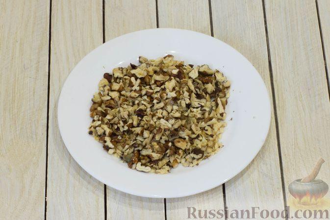 Фото приготовления рецепта: Сметанный десерт с зефиром, мандаринами и грецкими орехами - шаг №5