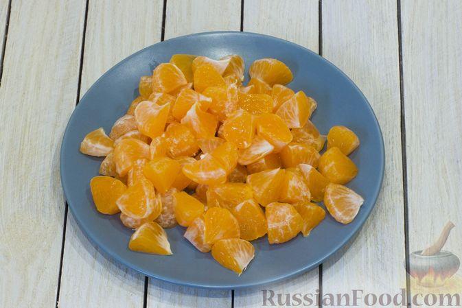 Фото приготовления рецепта: Сметанный десерт с зефиром, мандаринами и грецкими орехами - шаг №3