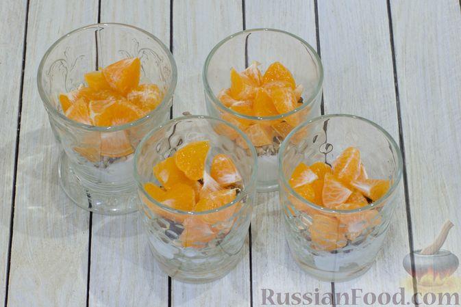 Фото приготовления рецепта: Сметанный десерт с зефиром, мандаринами и грецкими орехами - шаг №8