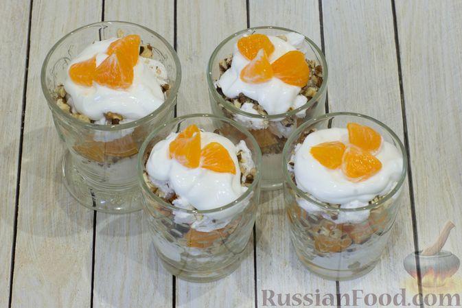 Фото приготовления рецепта: Сметанный десерт с зефиром, мандаринами и грецкими орехами - шаг №10