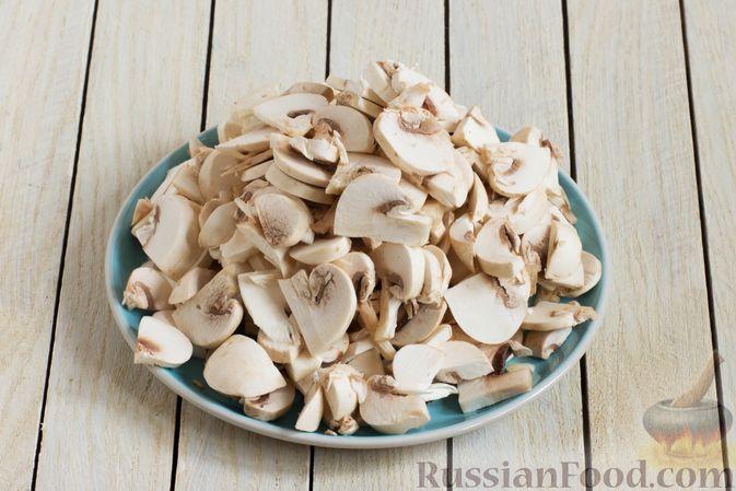 Фото приготовления рецепта: Суп с шампиньонами и вермишелью - шаг №5