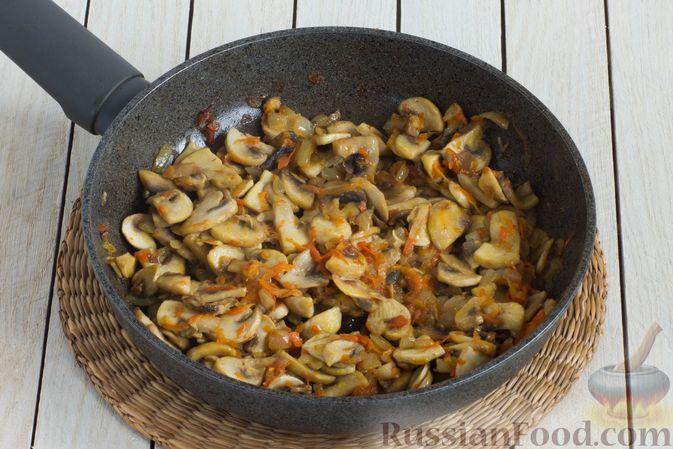 Фото приготовления рецепта: Суп с шампиньонами и вермишелью - шаг №7