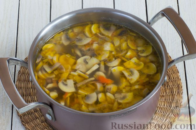 Фото приготовления рецепта: Суп с шампиньонами и вермишелью - шаг №8